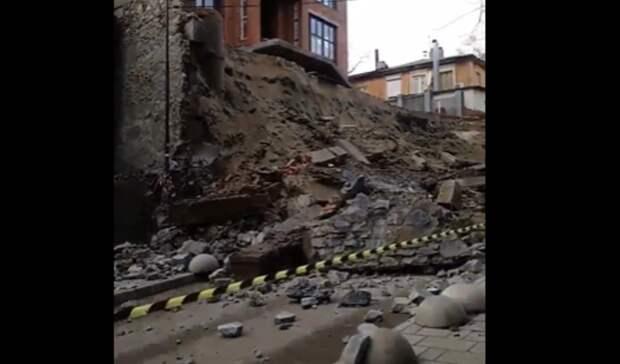 Ростовчане опубликовали видео последствий падения стены надорогу