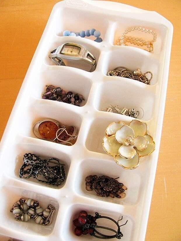 7. А еще формочка для льда может выступить в качестве органайзера для хранения небольших вещей, например, украшений для кухни, кухня, советы, формочка для льда