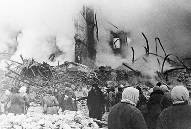 Разрушенный артобстрелом жилой дом в дни блокады Ленинграда.