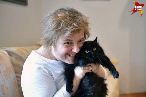 На руках у вице-консула Лучии Грюних - кошка Крошка: она приехала в Новосибирск из Ташкента.