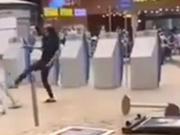Видео из Сети. Пьяная девушка устроила погром в столичном аэропорту