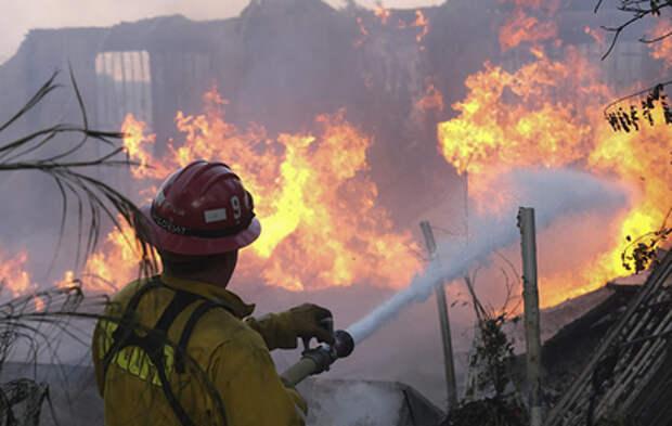Тысячи американцев бегут от лесного пожара в Калифорнии (видео)