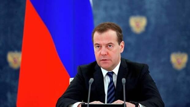Медведев сказал, как переход на четырехдневку повлияет на зарплаты