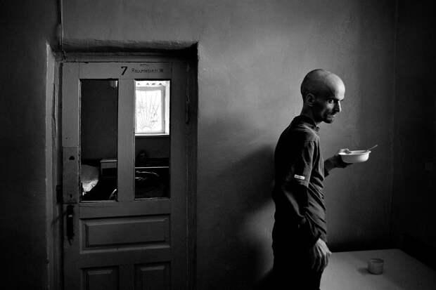 7 жутких снимков фотографа, который жил в психушке