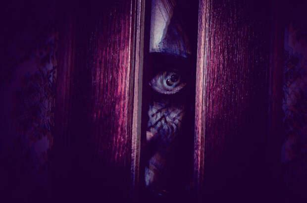 Жуткая история: Ночь. Звонок в дверь. В глазок вижу фотографию усопшей мамы.
