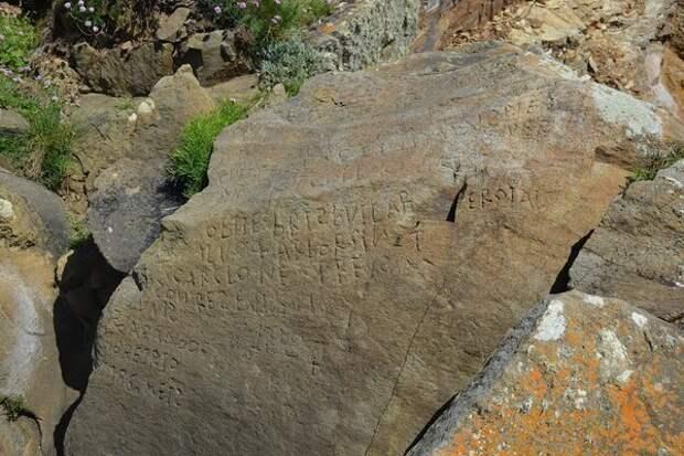 Франция обещает награду тому, кто сможет прочитать текст на загадочном камне