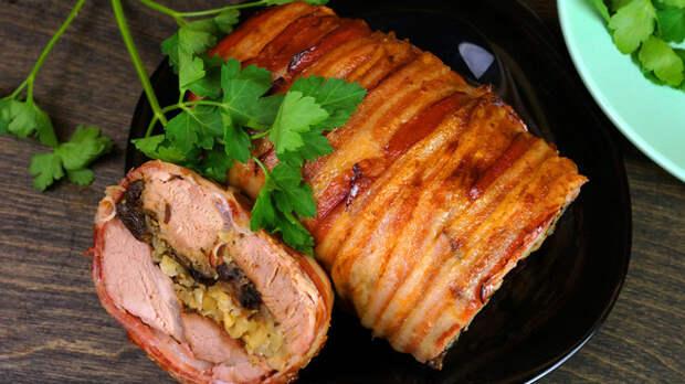 Фото к рецепту: Свиная вырезка запечённая с черносливом и яблоком