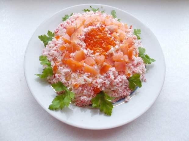 Слоёный салат Самоцветы с крабовыми палочками, яйцом и лососем