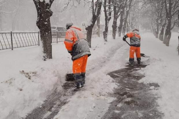 Каждый дворник Симферополя должен очистить ото льда пять километров