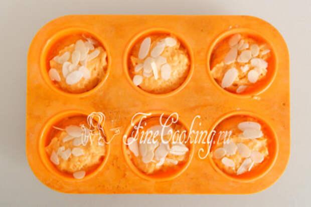 По желанию посыпаем тесто миндальными лепестками