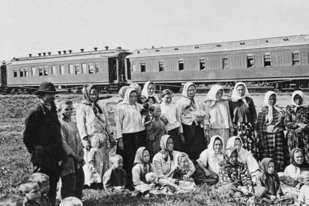 Переселенцы, путешествующие железной дорогой