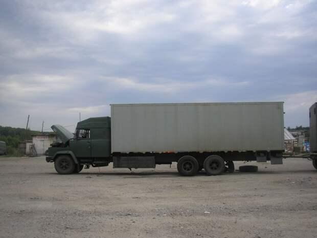А этот КрАЗ примечателен не только переделанной кабиной, но и своей общей длиной. авто, автотюнинг, грузовик, краз, самосвал, советская техника, тюнинг, тягач