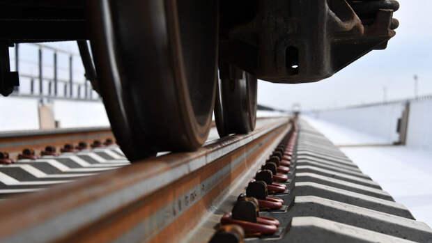 На юге Казахстана цистерна с бензином сошла с рельсов и загорелась