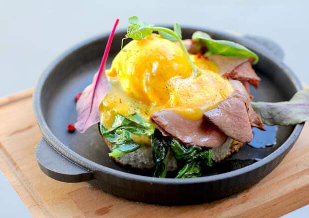 Яйцо по-флорентийски с ростбифом