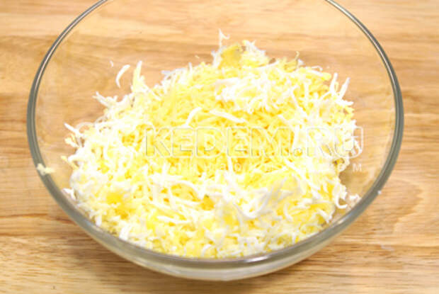 В миске смешать тертый отварные яйца, тертый сыр и прессованный чеснок.