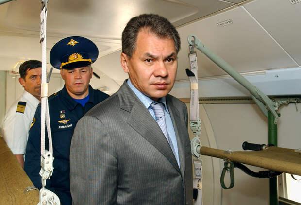 Глава МЧС РФ Сергей Шойгу в салоне самолета-амфибии Бе-200, 2004 год Юрий Машков/ТАСС