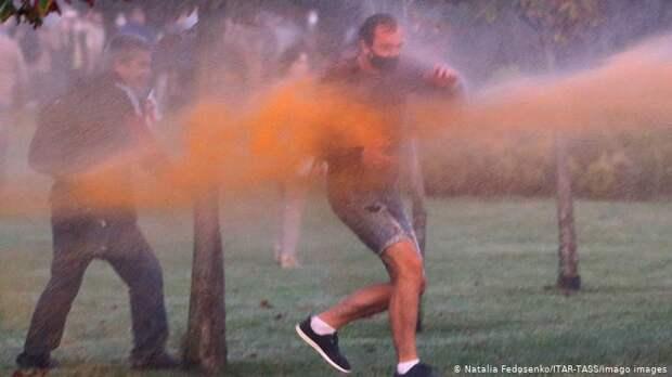 Участников протестов поливают из водомета подкрашенной водой
