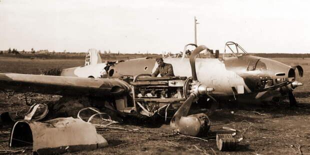 Бомбардировщик Пе-2 из 410-го БАП в своем узнаваемом камуфляже, разбитый на посадке - Тяжёлое испытание для испытателей | Военно-исторический портал Warspot.ru