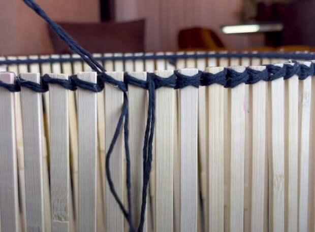 Корзина для хранения вещей из металлических обручей и деревянных шпажек