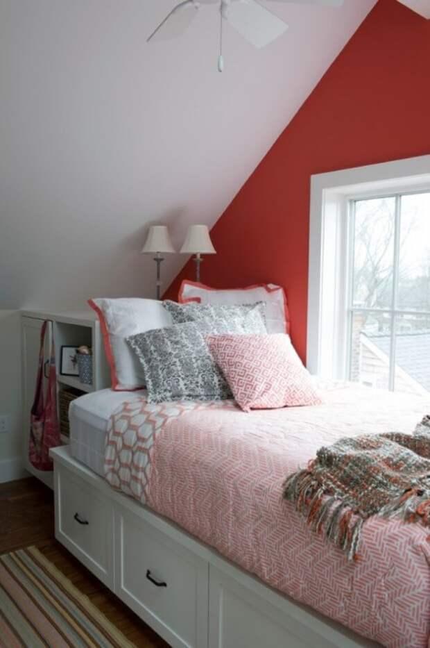 Яркая акцентная стена в спальной комнате, которая сразу привлекает внимание.