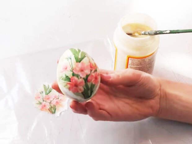 Пасхальные яйца в технике декупаж при помощи салфеток
