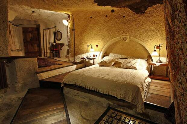 Уютная спальня в каменном отеле Fairy Chimney Inn(Турция).