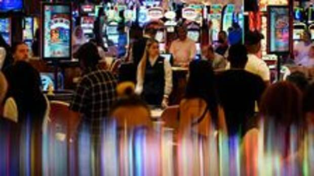 Vegas Workers Required To Mask Up But Tourists Given Free Pass