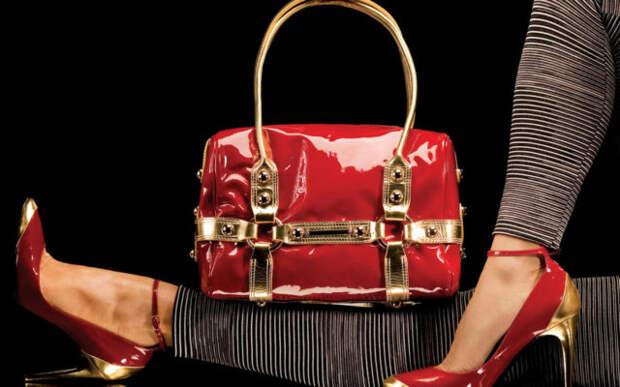 красная лакированная сумка у женских ног