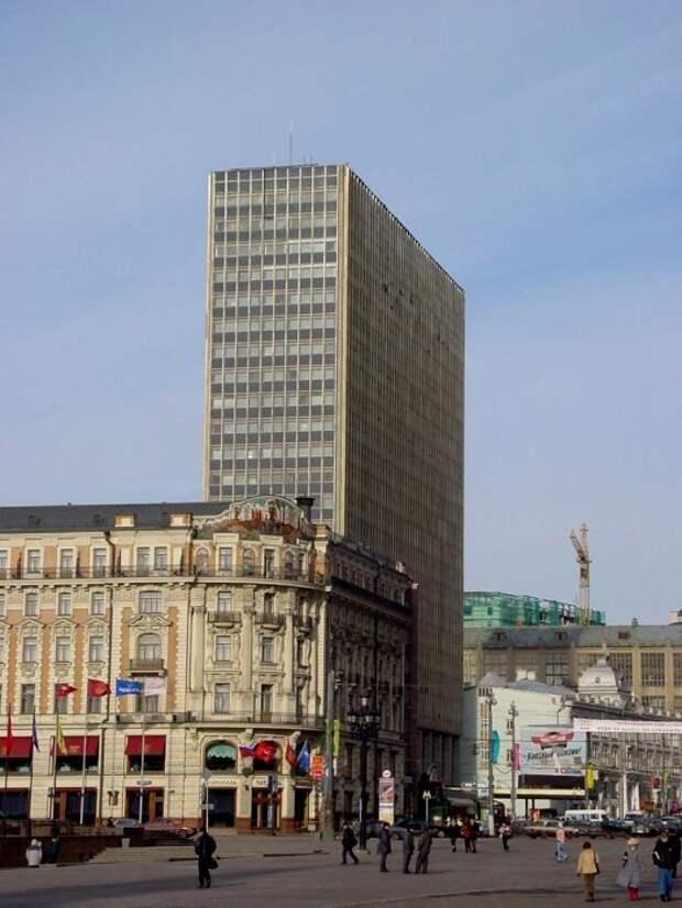 Элитарный уровень советской гостиницы не умаляет полное несоответствие его фасада окружающему ландшафту. /Фото: mapio.net