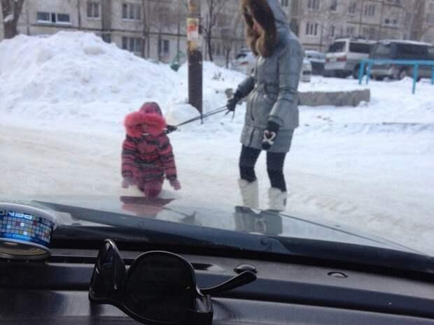 Мать вела ребенка по улице на поводке за шею