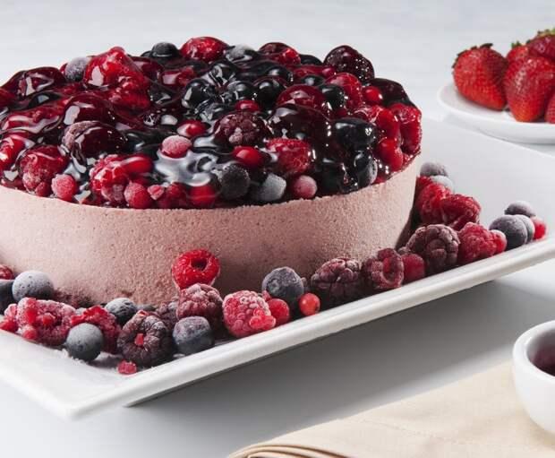 Йогуртовый торт с ягодами без выпечки