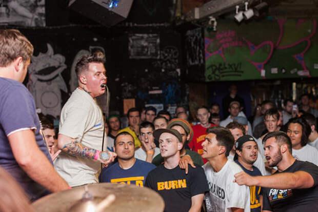 В США вокалист хардкор-группы проглотил микрофон во время концерта