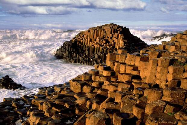 Изображение взято с сайта: https://traveladestatic.imgix.net/media/image/giants-causeway-and-titanic-experience-tour-from-belfast-port_58599.jpeg?fit=crop&w=1200&h=630&format=jpg&q=70