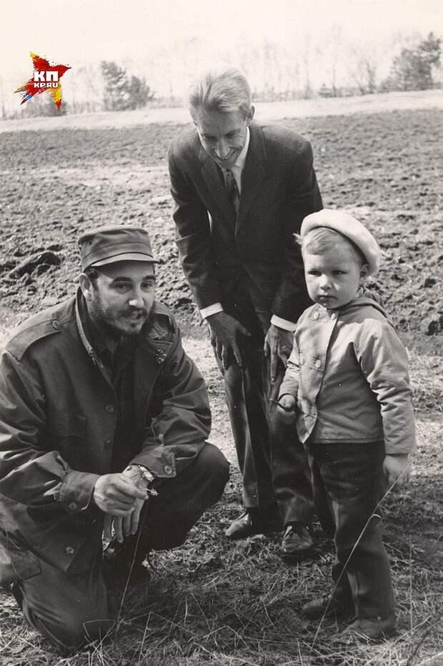 Фото из семейного архива: Фидель Кастро, Сергей Хрущев и его сын - внук советского лидера Никита Фото: Личный архив героя публикации