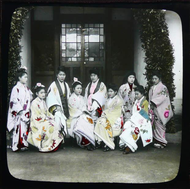 1892-1895. Проститутки борделя нектарин № 9 в городе Канагава у входа в заведение