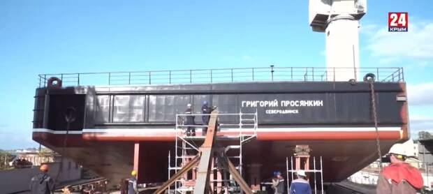 В Севастополе спустили на воду левый борт плавкрана весом 700 тонн