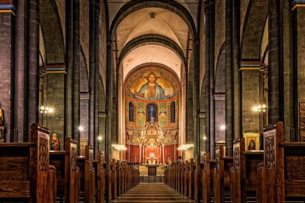 Верующим Феодосийской епархии временно запретили прикладываться к кресту