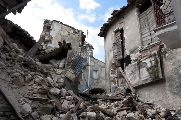 Ребенок в Турции провел под завалами 65 часов и выжил