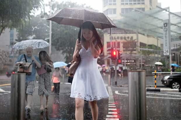 Дождливое настроение: фотограф из Сингапура ловит эмоции людей во времяливня