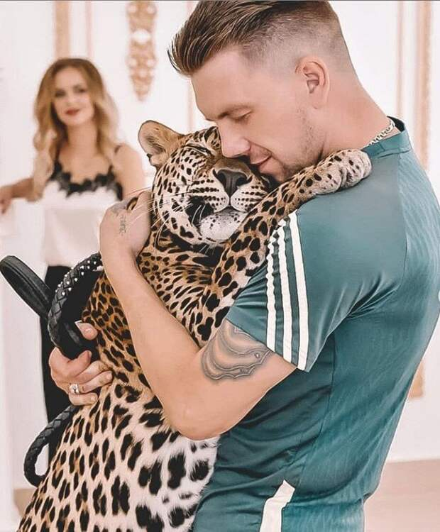 Парень живёт в одной квартире с леопардом, которого он забрал из зоопарка