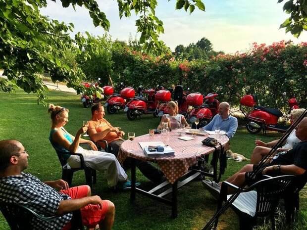 Клиенты Motoragazzi отдыхают после 150-километрового тура на Веспах. С винишком, само собой...