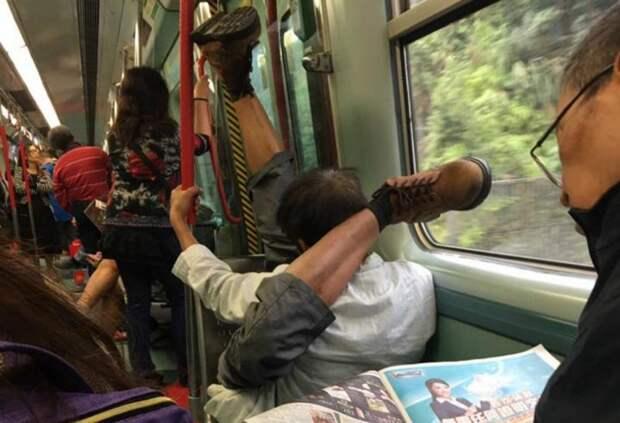 В Китае: человек просто едет на работу автобус, люди, метро, общественный транспорт, работа, электричка