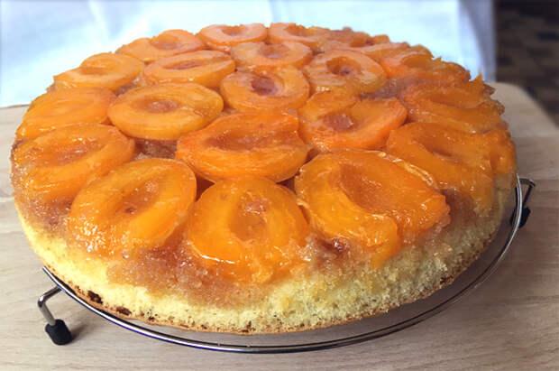 Перевернутый пирог с абрикосами и смотрится эффектно, и очень вкусен.