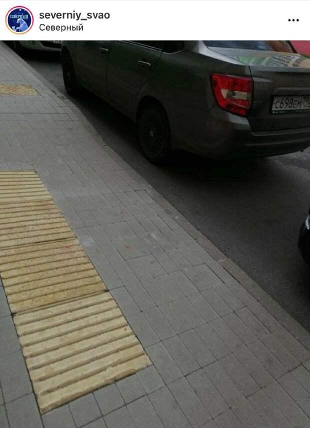 Жители возмущены парковкой во дворе дома на Дмитровском