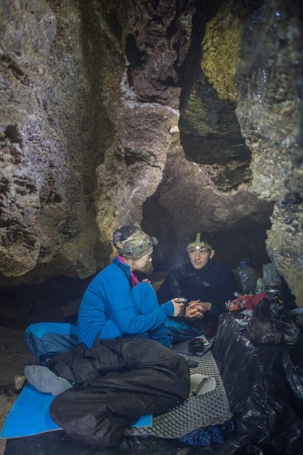 Спелеологи в подземном базовом лагере «Маеток»