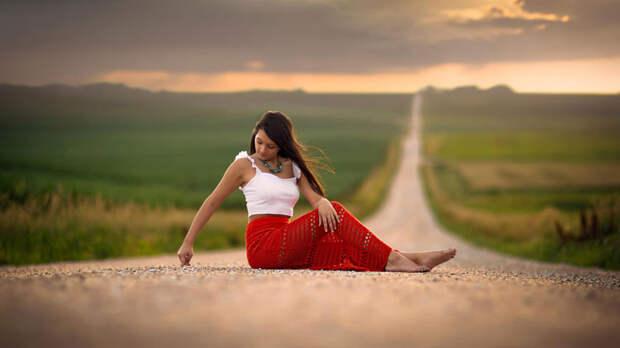 Девушка и дорога
