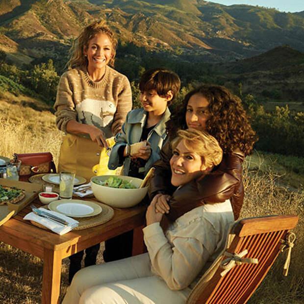 Дженнифер Лопес снялась в рекламной кампании вместе со своими детьми и 74-летней мамой