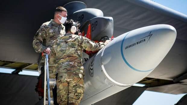 Солдаты загружают перспективную гиперзвуковую крылатую ракету под крылоB-52H