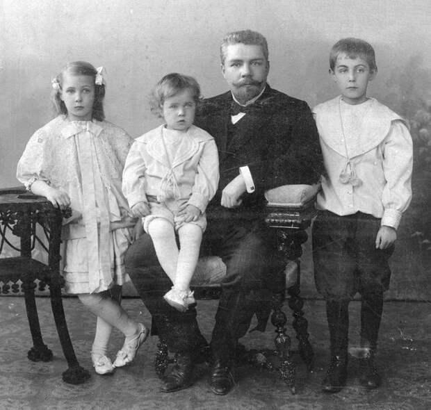 На снимке инженер Н.Н. Приемский с детьми Ольгой, Гришей, Колей (последний был репрессирован в 1937 г.). Фото предоставлено родными Н.Н. Приемского. Источник: https://aselajn.livejournal.com/46715.html