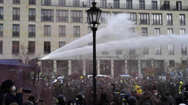 """В Берлине протестующих разгоняют водомётами: """"Что этот Лукашенко себе позволяет!"""""""